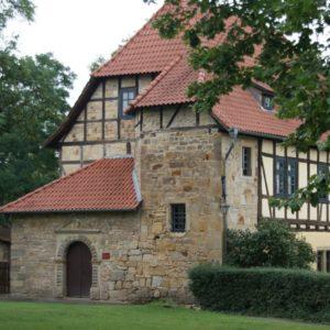 Gelbes Haus mit Kunstausstellung Burg Creuzburg