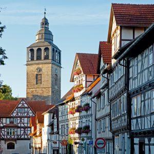 Fachwerkhäuser in der Kirchstraße mit St. Cruciskirche © Ingo Wandmacher