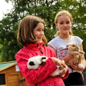 Probstei Zella, Kinder mit Kaninchen im Streichelzoo