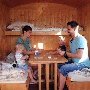 Familie im Schäferwagen