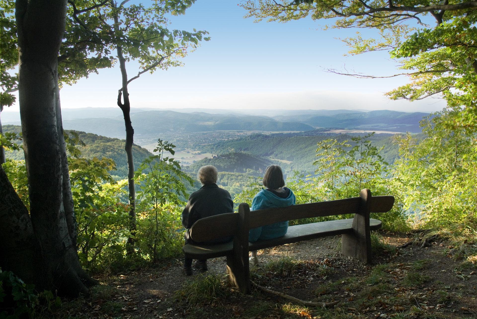 Ausblick in der Hessischen Schweiz mit Wanderern