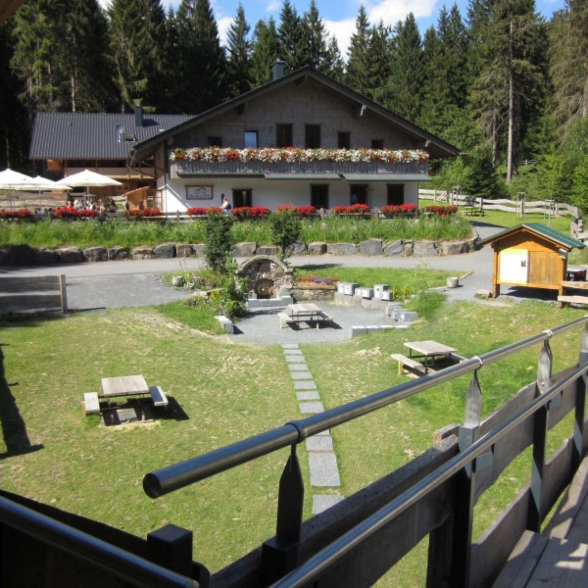 Werraquell-Hütte mit Werraquelle bei Fehrenbach