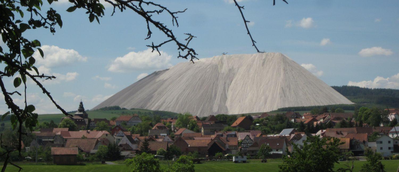 Dankmarshausen mit Monte Kali im Hintergrund