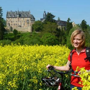 Radfahrerin vor Schloss Eisenbach © Region Vogelsberg Touristik