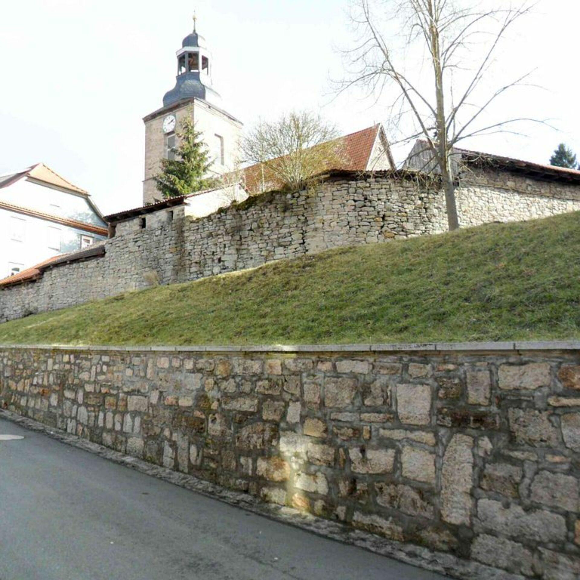 Belrieth, Kirche über Kirchhofmauer und Torhaus